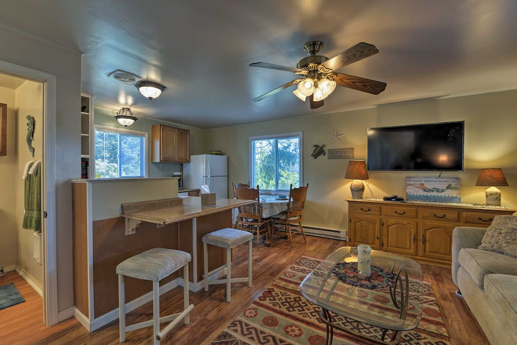 This cozy condo features all the luxuries of home for optimal comfort while on holiday.