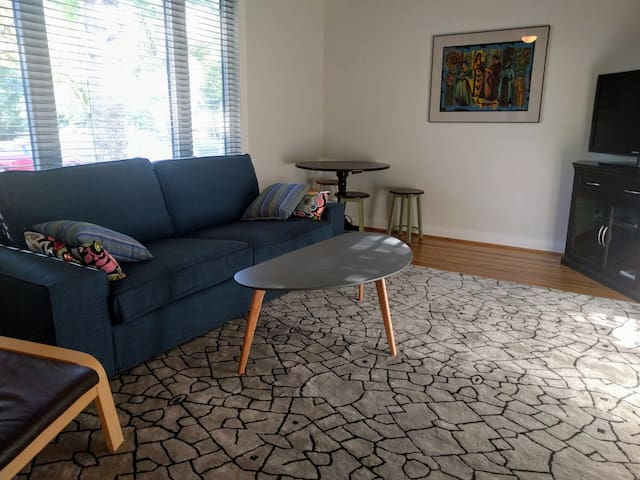 Cozy Central Bungalow with Parking, Laundry +