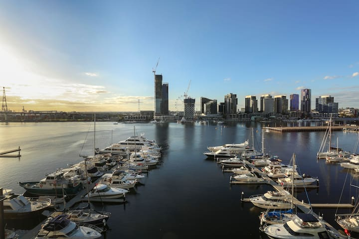 Premium Loft Style Penthouse with Harbour View - Docklands - Byt