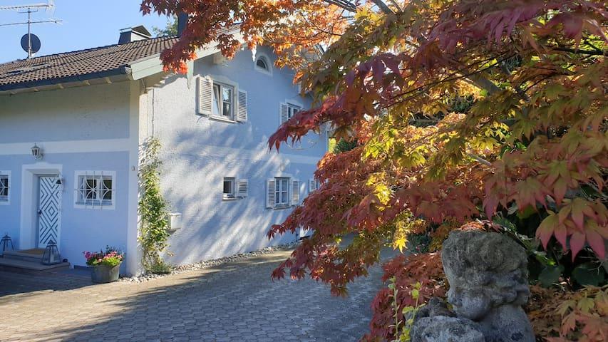 Traumwohnung im blauen Haus am Chiemsee(Seezugang)