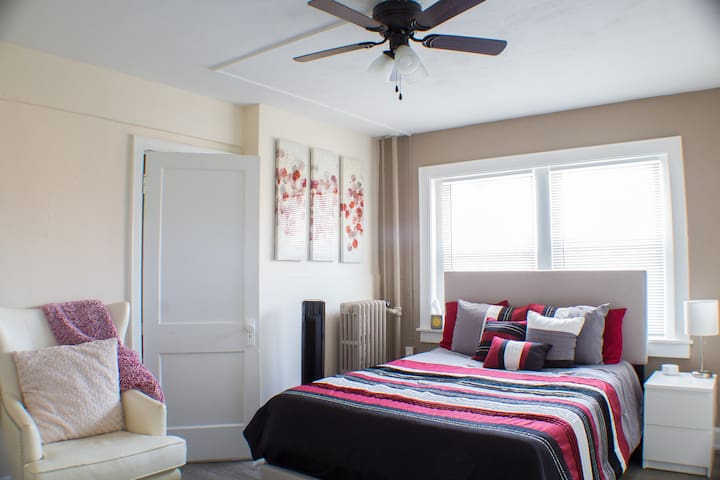 ✫Plaza♛Queen Bed♛ FAST Wifi✫1 Mile to St. Lukes✫