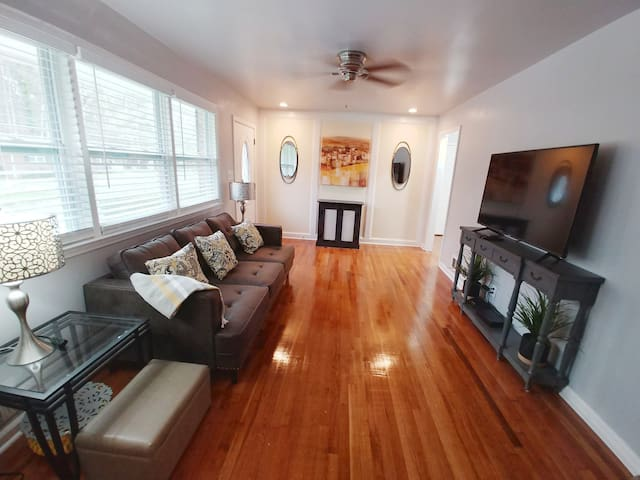 Exclusive Charming House 5 miles from the airport