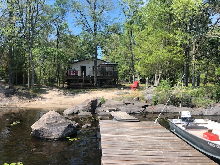"""Hangar Haven"" Waterfront Cottage on Kennebec Lake"