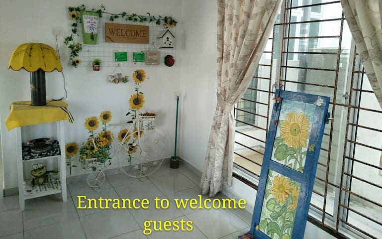 Specious entrance to welcome our Homely value guests