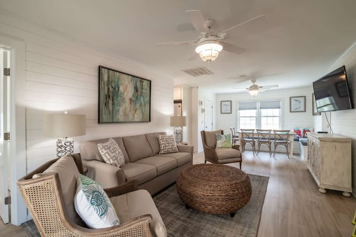 5 Min Walk to Beach, Newly Renovated Marshfront Home w/ Front Porch Seating, Wif! Angler House