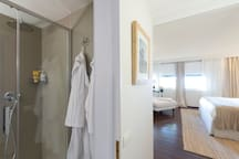 Master bedroom: en-suite bathroom