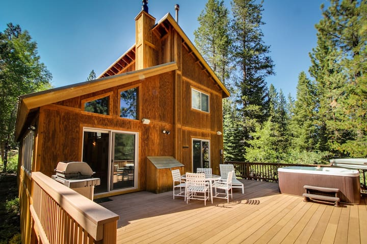 Spacious lodge w/ shared pool and hot tub in a lovely wooded spot near skiing