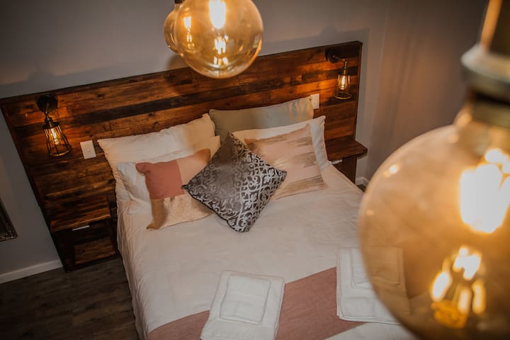 The Wild Prune Guest House (Woodlance Room)