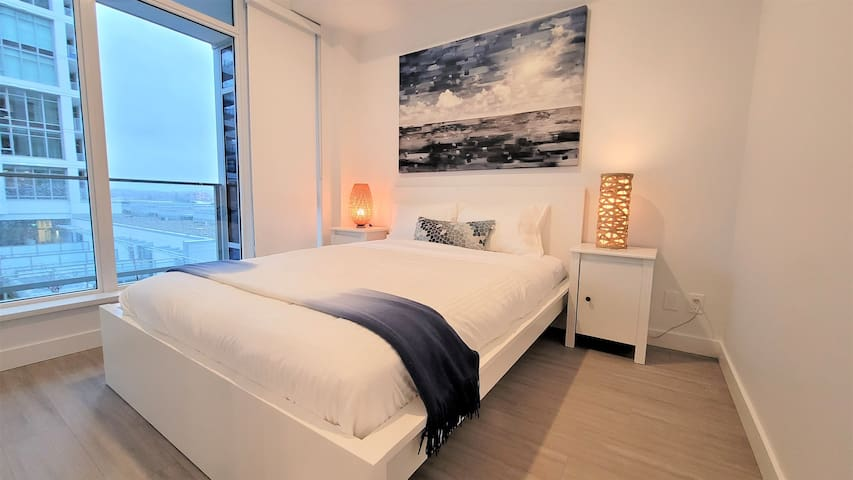Queen size bed with fresh and clean linens and sheets