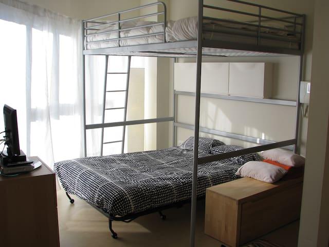 El Sofa cama desplegado. Hay una lámpara para los que duermen abajo y otra para los que duermen arriba.