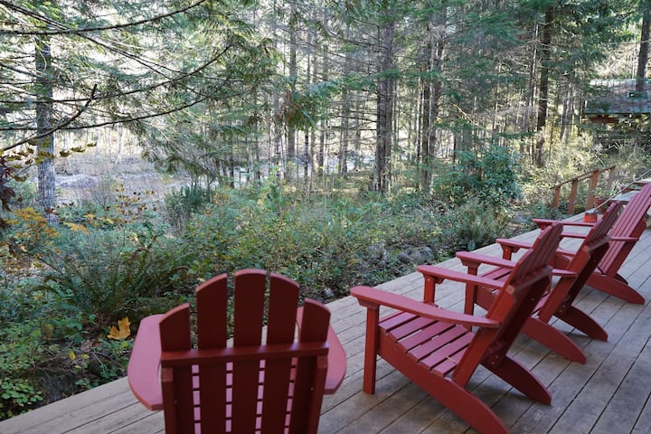 Rivers Edge Retreat *Riverfront* Ski, hike, relax!