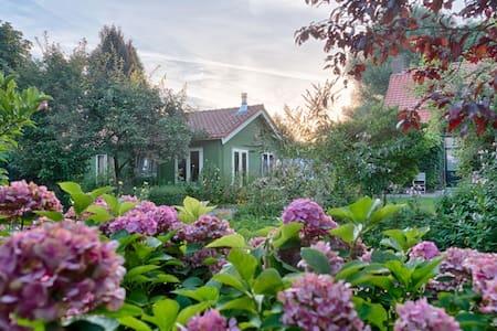 Sfeervol tuinhuis met houtkachel en sauna
