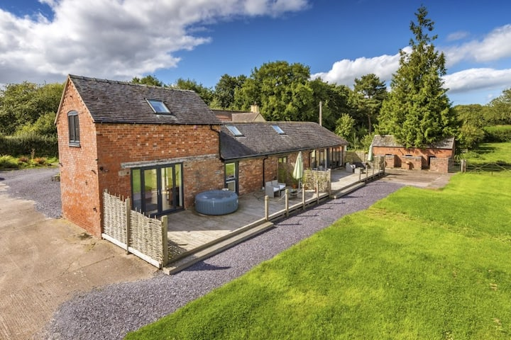 The Granary Barn with Hot tub  & stunning views