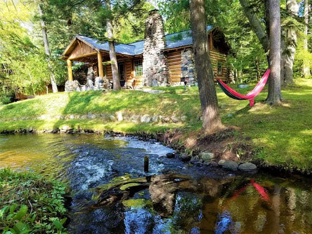 UpNorth Chalet ★ Walk 2 Beach ★ Private Hot Tub!