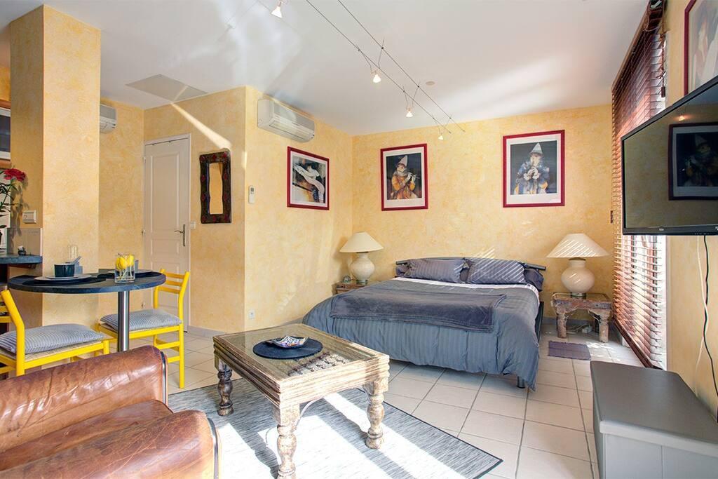 angers studio tout confort wifi parking guest houses louer angers pays de la loire. Black Bedroom Furniture Sets. Home Design Ideas