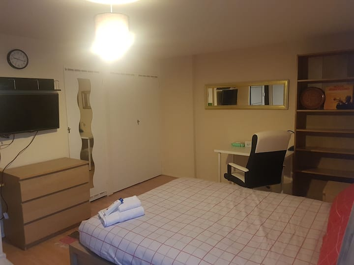 EXTRA LARGE ROOM     ***** NO CLEANING FEE***