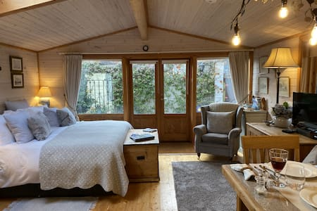 The Lodge -  Luxury Lodge with Super King Size Bed, Kitchen & Shower Room