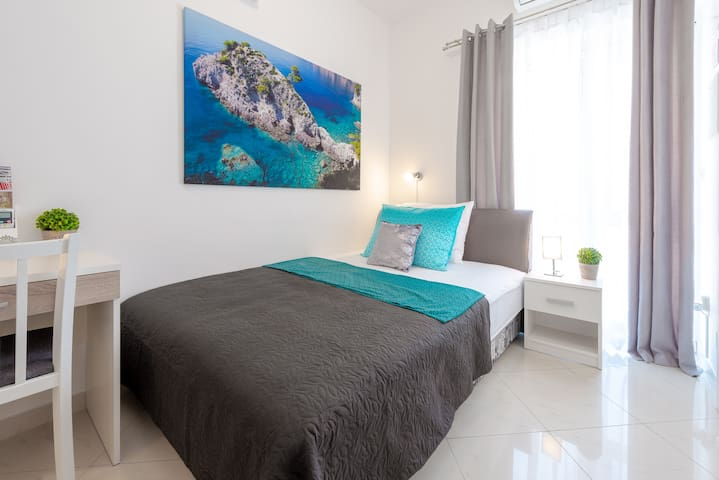 Private single room with big bed and own bathroom