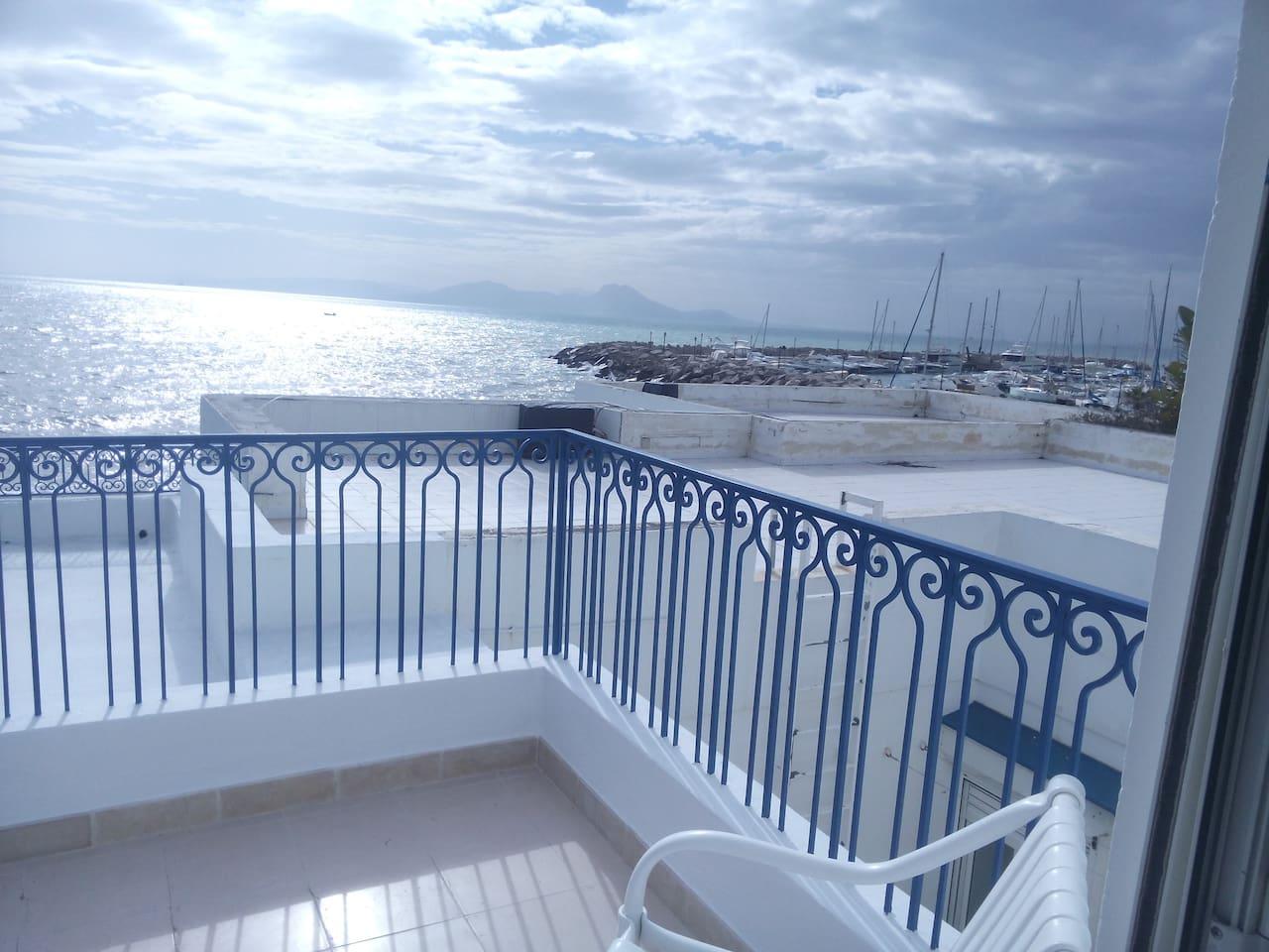 Petite terrasse privée, vue sur mer et port de plaisance