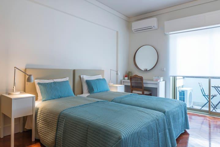 República B&B & Arts: Bedroom with balcony (Q5) - Lisboa - Bed & Breakfast