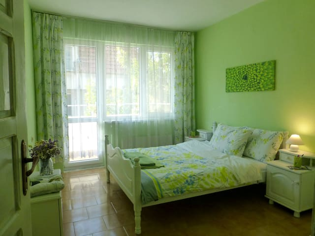 Large Bright Room in Quiet Center of Town - バルナ