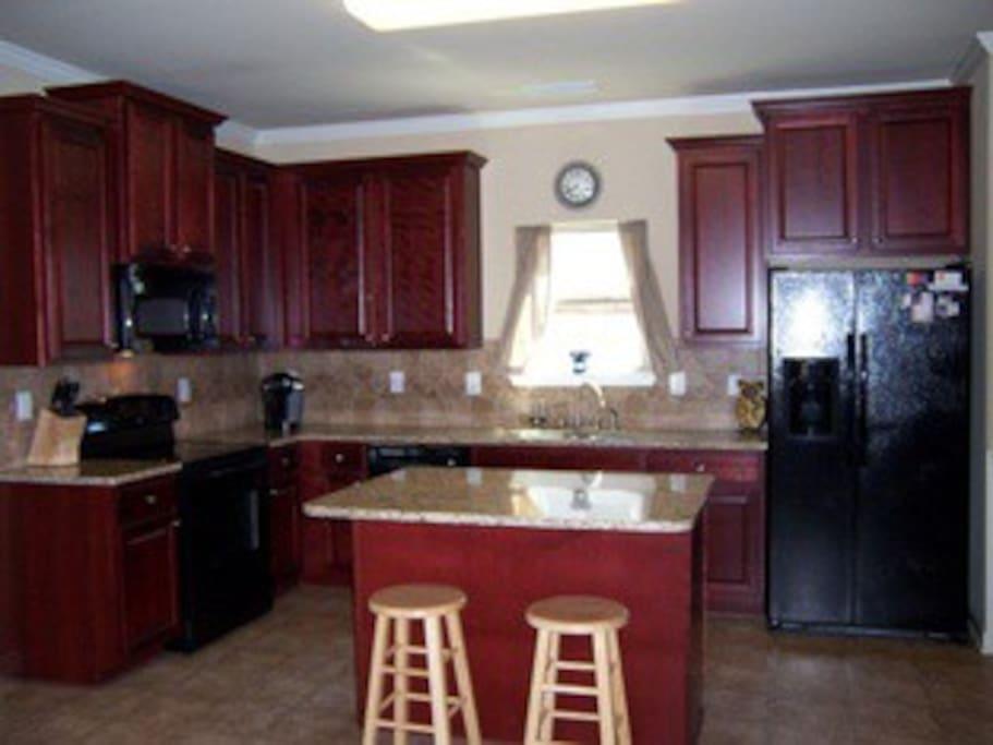 Large Kitchen w/ Granite Countertops!