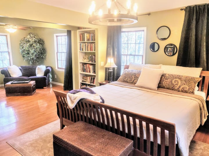 Luxurious 1900 sf Apartment in Wooded Milton Home