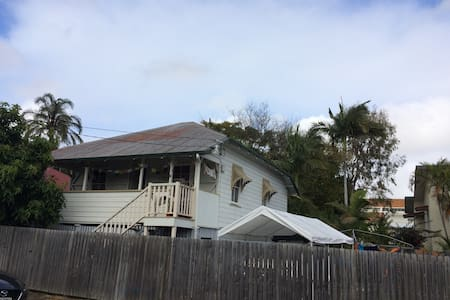Cute Queenslander very close to Gabba & City