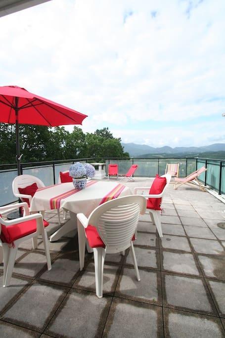 La terrasse avec une vue extraordinaire