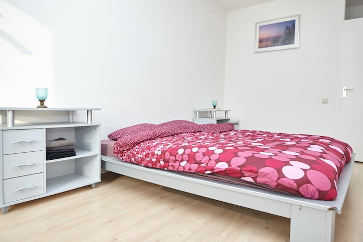 Private room, double bed, close to metro and WIFI - Amsterdam-Zuidoost - Apartment