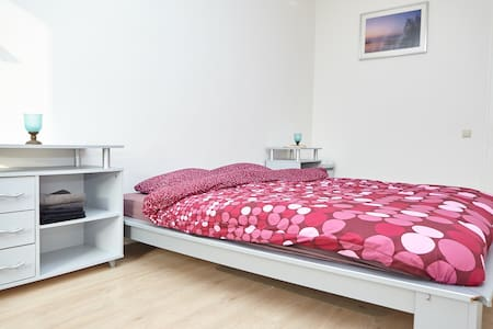Amsterdam, double bed, close to metro and WIFI - Amsterdam-Zuidoost
