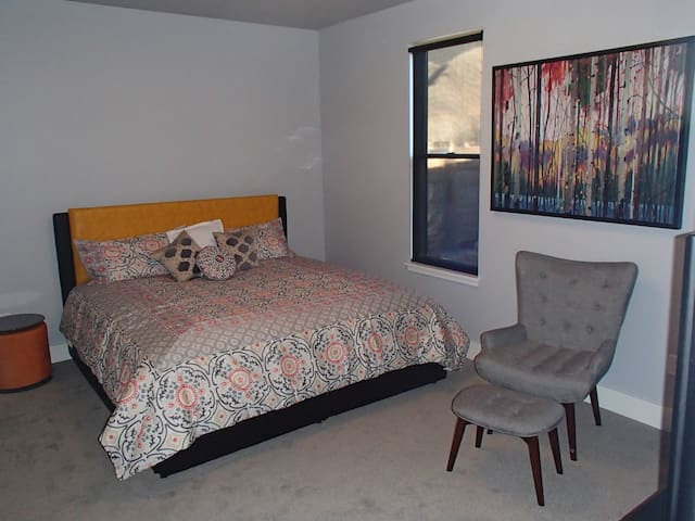 Master Bedroom 2, King Bed