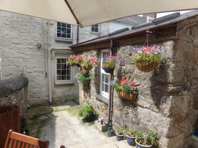 Classic miners cottage in heart of Cornwall - Lanner - Huis
