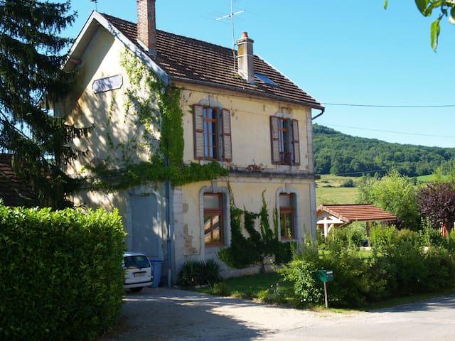 Nedlagt banegård i Saint Lothain, Jura - Saint-Lothain - Hus