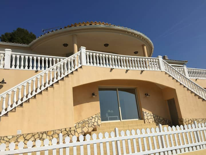 Luxury villa in quiet area 15min from Sea & Sitges