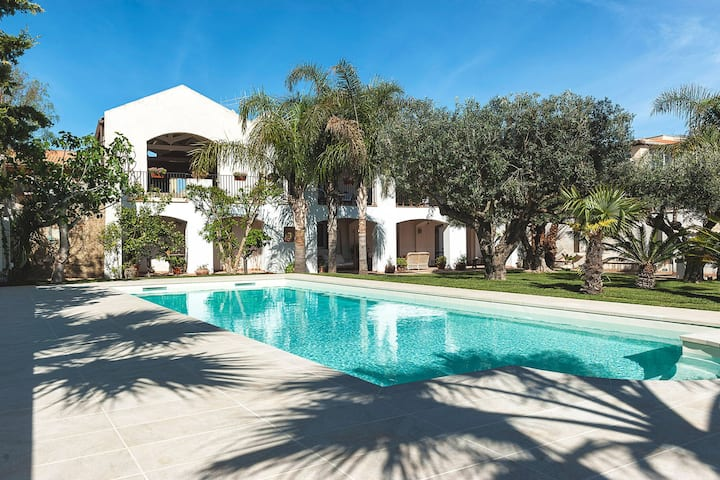 Elegant flat in villa with pool and garden, just a few kilometres from the sea!