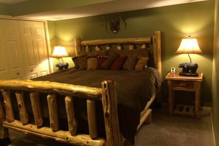 The Bear Room @ Riverside Retreat - Lyons - Bed & Breakfast