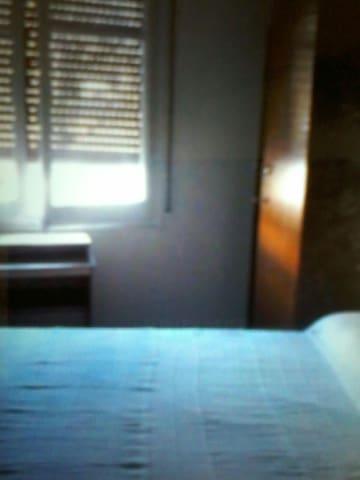 1 habitacion con cama doble y una individual .
