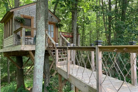 Treehouse! Serene w/pool, near trails/beaches/URI