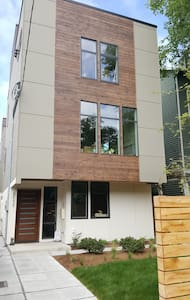 Brand New 2 Bedroom Suite, Close-in! - Seattle