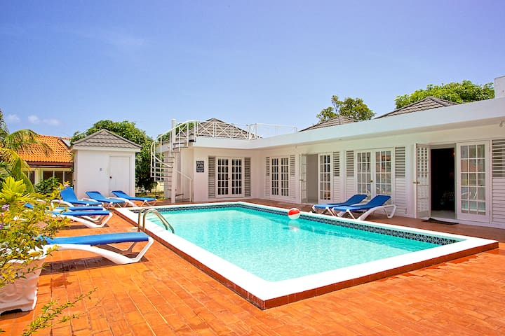 Cook/Housekeeper inc. FREE, Private Pool, 7 Mins Walk to Beach, 8 Beds, 4 Bdrms, (WdV135)
