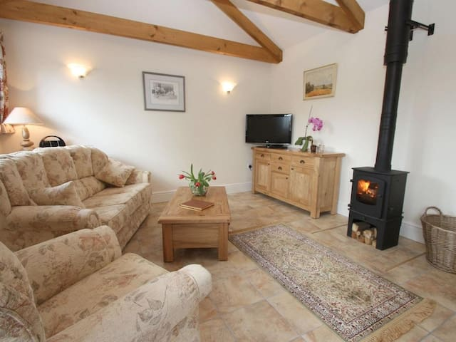 BYRE, pet friendly, with open fire in Lostwithiel, Ref 959540