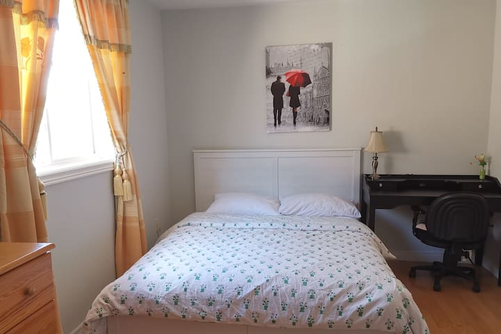 【次卧】独立卧室,标准双人床,半独立卫生间,超大壁橱;温馨静谧、安逸甜美!