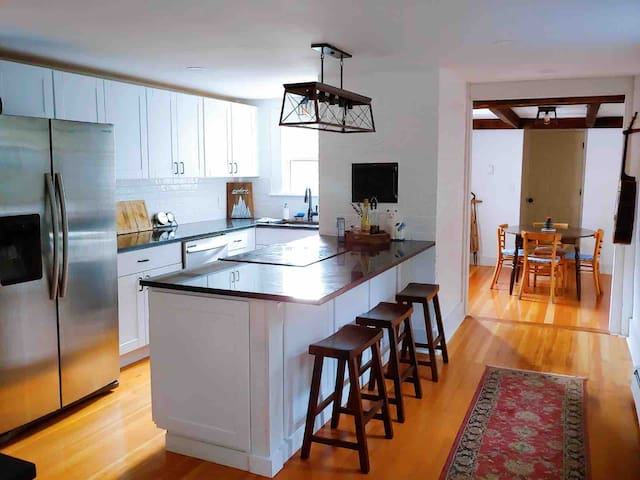 Clean & Minimal Maine Home - close to town & beach