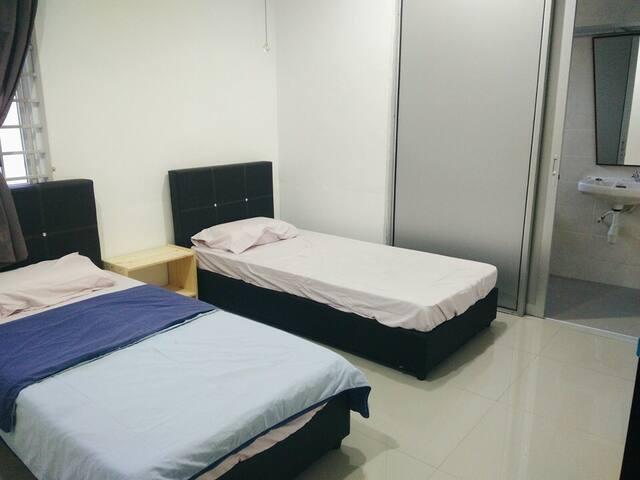 五个房间六个厕所,欢饮询问,每间房间都冷气和厕所 - kluang - House