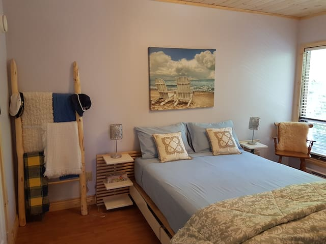Master bedroom - 2nd Floor - Queen Bed at CANAM LAKE HOUSE