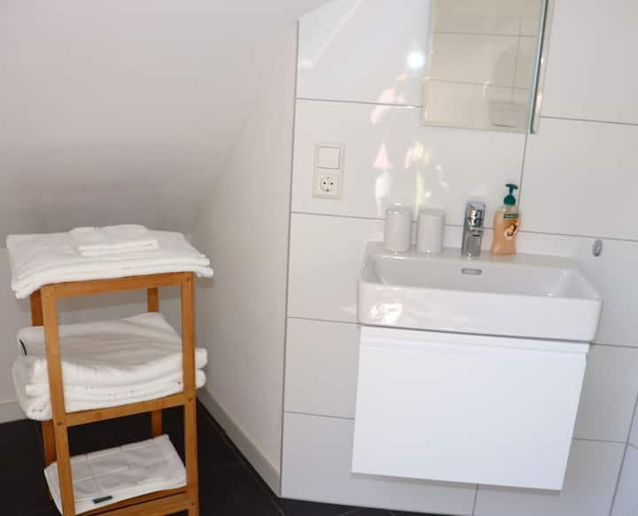 Haus Belchenwiese, (Kleines Wiesental), Dachstudio, 22qm, 1 Schlafzimmer mit Doppelbett und Schlafcouch, max. 2 Personen