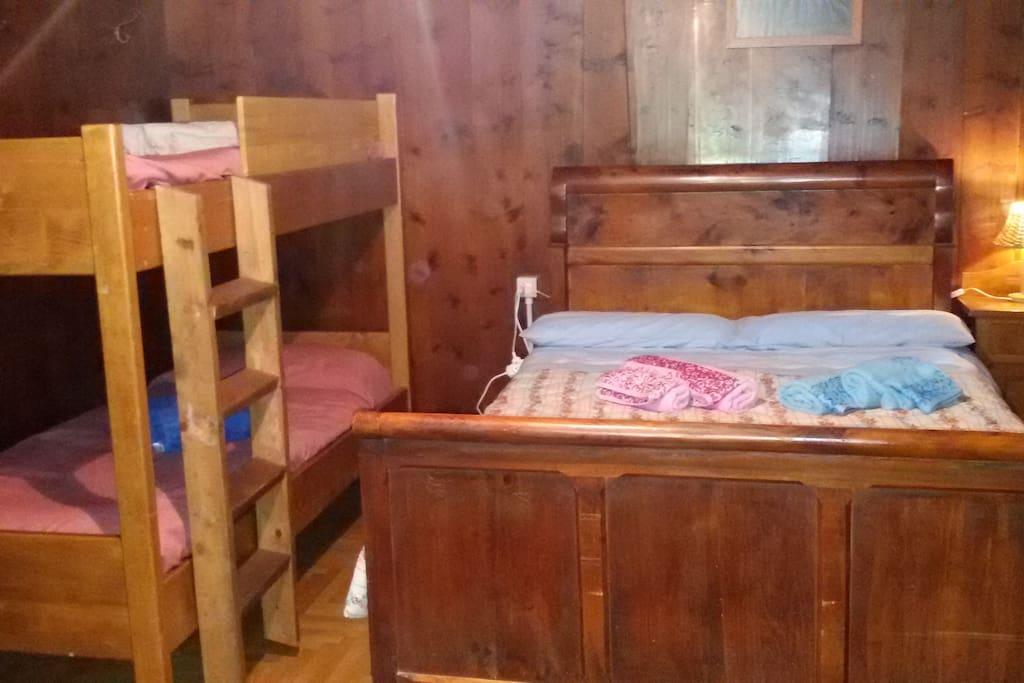 La camera da letto dispone di un letto matrimoniale e letto castello