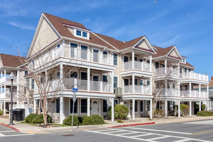 Modern, colorful townhouse w/balconies, just steps to the beach and bay!