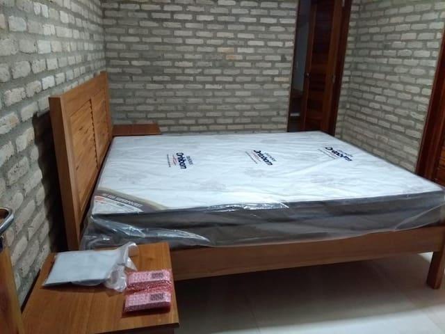 Quarto suíte 1 com ar condicionado, cama queen size, com colchão, lençóis e toalhas